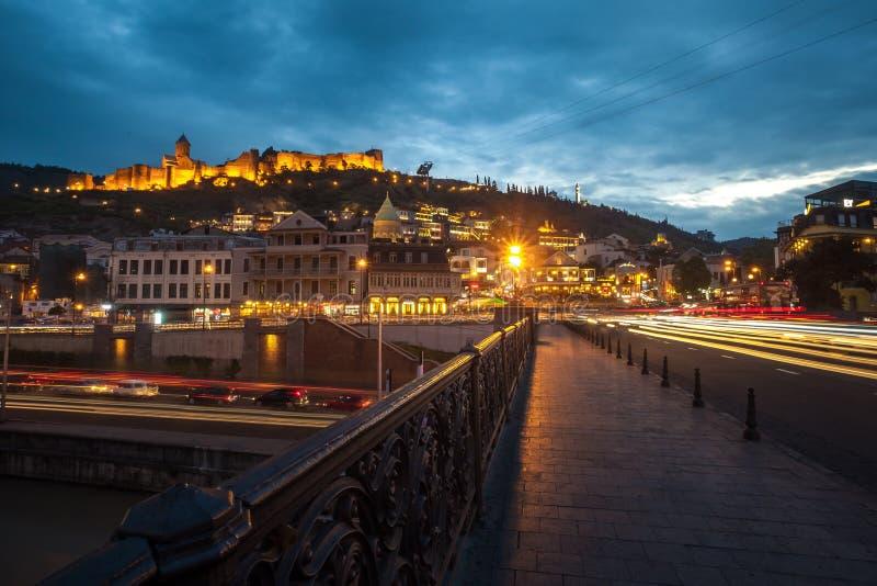 13 04 2018 Tbilisi, Georgia - opinión de la noche de Tbilisi, el brillante fotos de archivo libres de regalías