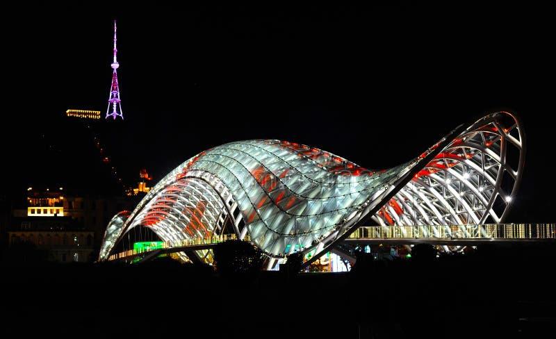 Tbilisi, Georgia 26 07 2013, ponte di pace fatto da vetro, notte fotografie stock