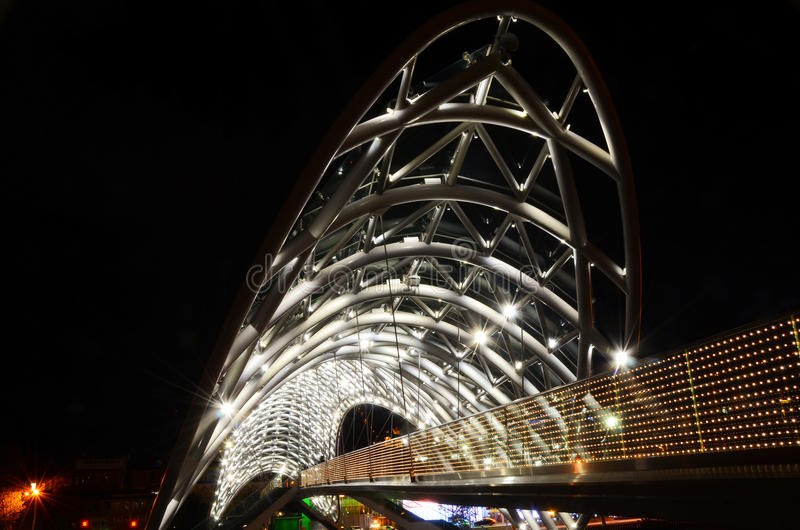 Tbilisi, Georgia 10 09 2016, ponte di pace fatto da vetro, scena di notte fotografia stock libera da diritti
