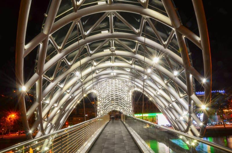 Tbilisi, Georgia 10 09 2016, ponte di pace fatto da vetro, scena di notte immagine stock