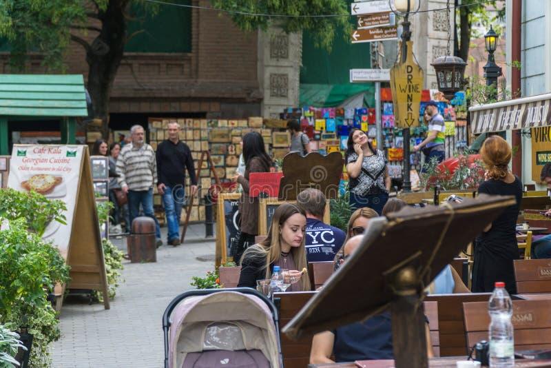 TBILISI, GEORGIA-SEP 25, 2016: Ludzie na zwyczajnym ulicznym Sioni w sercu stary miasteczko obraz royalty free
