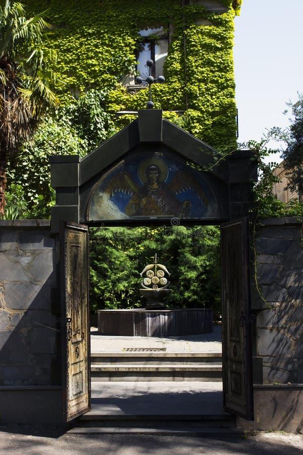 TBILISI, GEORGIA 2 SETTEMBRE 2018: Il portone dell'entrata della chiesa a Tbilisi, Georgia immagine stock