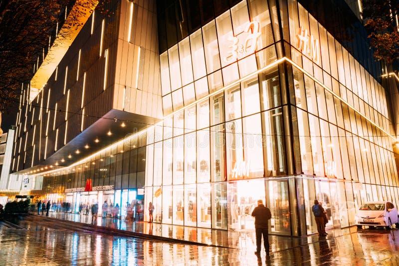 Tbilisi, Georgia Vista di notte della galleria Tbilisi del centro commerciale in Liberty Square Subway Station immagini stock