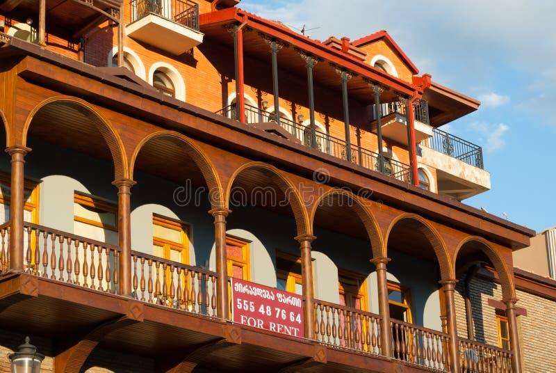 TBILISI GRUZJA, SIERPIEŃ, - 5, 2013: Mieszkania dla czynszu w Starym Tb zdjęcia royalty free