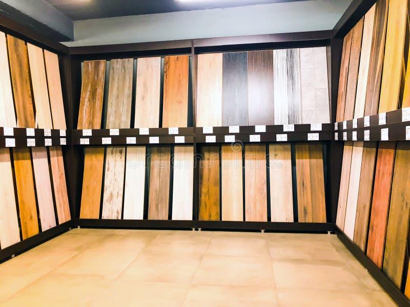 TBILISI, LA GÉORGIE 9 AVRIL 2018 : Un plancher en stratifié tout neuf avec un grain de bouleau dans le magasin du marché à Tbilis image stock
