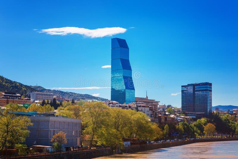 Tbilisi, la Géorgie - 19 avril 2017 : Vue de panorama de Tbilisi et de rivière Kura Point de repère moderne - hôtel Tbilisi de Bi photo stock