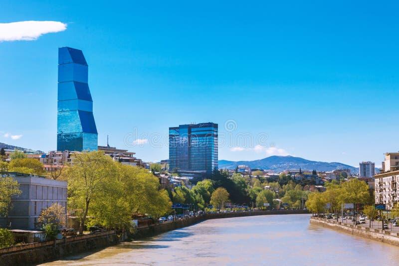 Tbilisi, la Géorgie - 19 avril 2017 : Vue de panorama de Tbilisi et de rivière Kura Point de repère moderne - hôtel Tbilisi de Bi image stock
