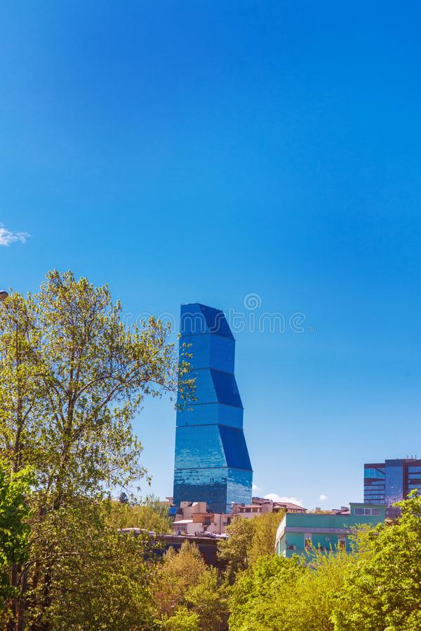 Tbilisi, la Géorgie - 19 avril 2017 : Vue de panorama de Tbilisi Point de repère moderne - hôtel Tbilisi de Biltmore photographie stock libre de droits