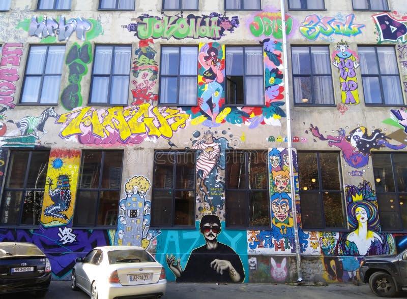 TBILISI, la GÉORGIE - 8 décembre 2018 : La conception moderne de la cour de la zone urbaine Fabrika d'art avec le graffiti image stock