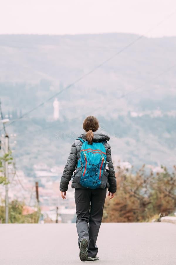 Tbilisi, la Géorgie Jeune femme marchant près des montagnes en Autumn Day image stock