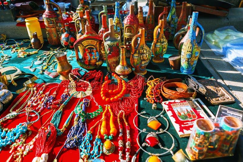 Tbilisi, la Géorgie - 8 octobre 2016 : Le marché aux puces sec de pont à Tbilisi vend des bijoux, Soviétique, rétro substance d'o photos libres de droits