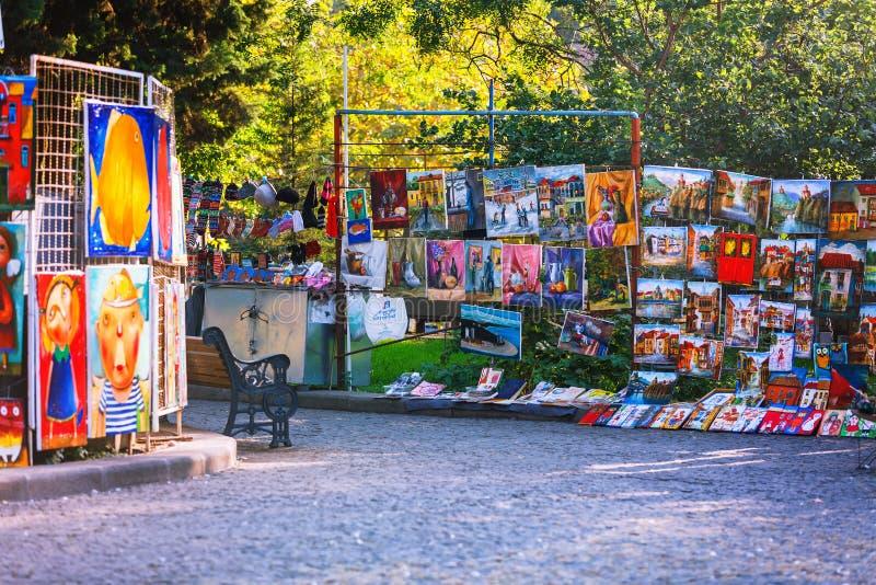 Tbilisi, la Géorgie - 8 octobre 2016 : Peintures de pont du marché au centre ville sec dedans de Tbilisi photo libre de droits