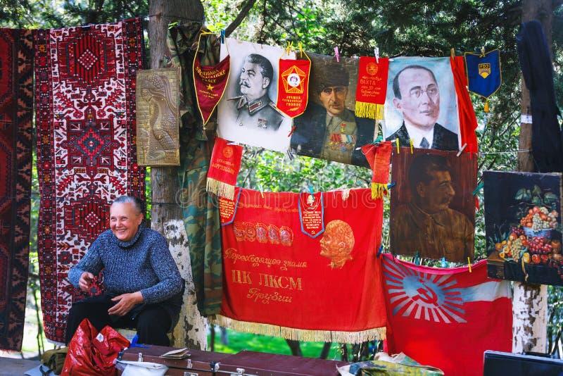 Tbilisi, la Géorgie - 8 octobre 2016 : Un vendeur non identifié sur le marché aux puces sec de pont à Tbilisi vend un portrait de images stock