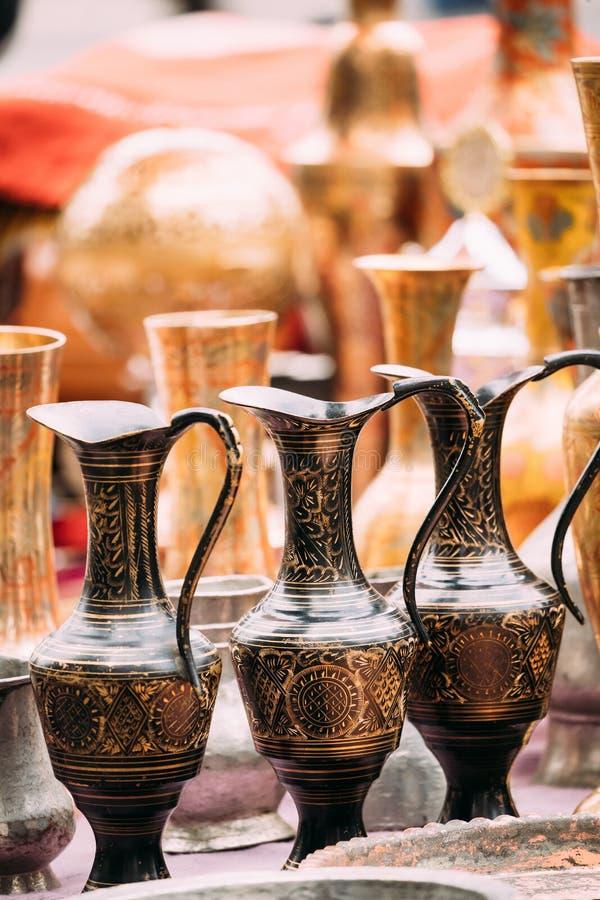 Tbilisi, la Géorgie Vue étroite des cruches sur le marché aux puces de boutique de vieilles rétros choses de vintage d'antiquités image libre de droits