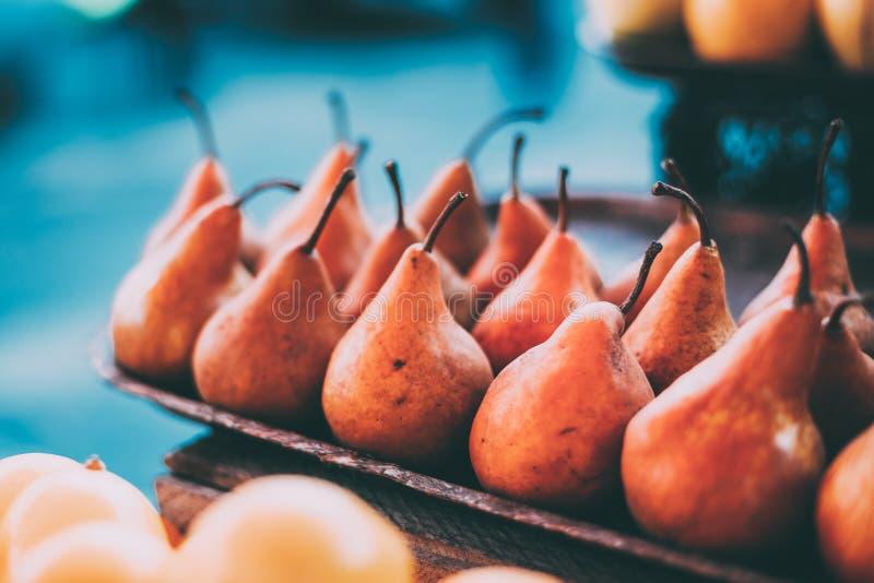 Tbilisi, la Géorgie Vue étroite des poires fraîches sur le marché de nourriture de Tray On Showcase Of Local, Bazar images libres de droits