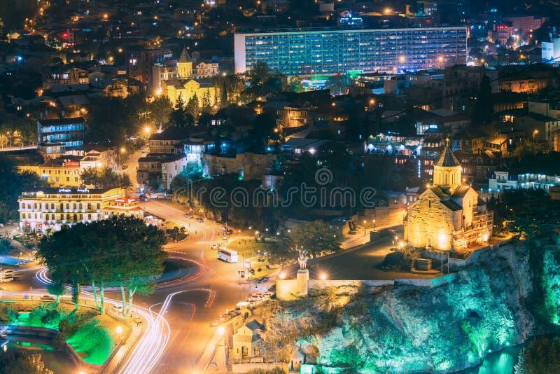 Tbilisi, la Géorgie Vue lumineuse par soirée de nuit d'église de Metekhi photographie stock libre de droits
