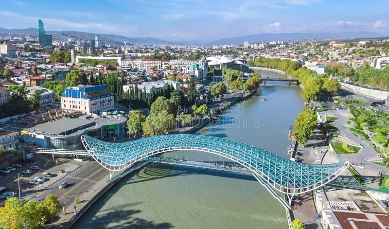 Tbilisi linia horyzontu trutnia powietrzny widok z góry, Kura rzeka i stary miasteczko Tbilisi pejzaż miejski, Gruzja zdjęcia stock