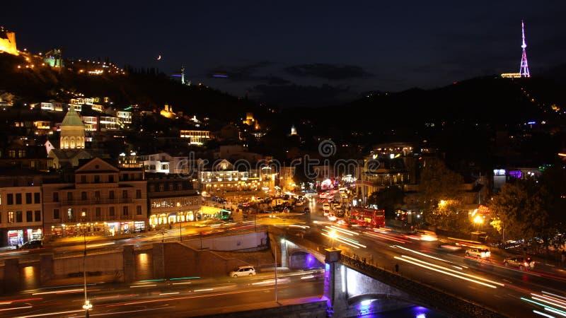 Tbilisi nattstad, Georgia aftonfoto, bilar, trafik, bra sikt royaltyfri bild