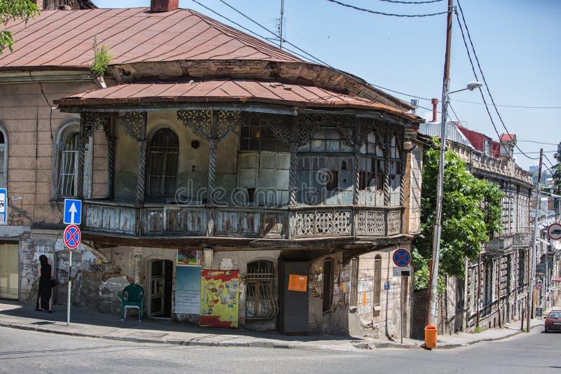 Tbilisi stad i Georgia hilstak och berggator royaltyfri fotografi