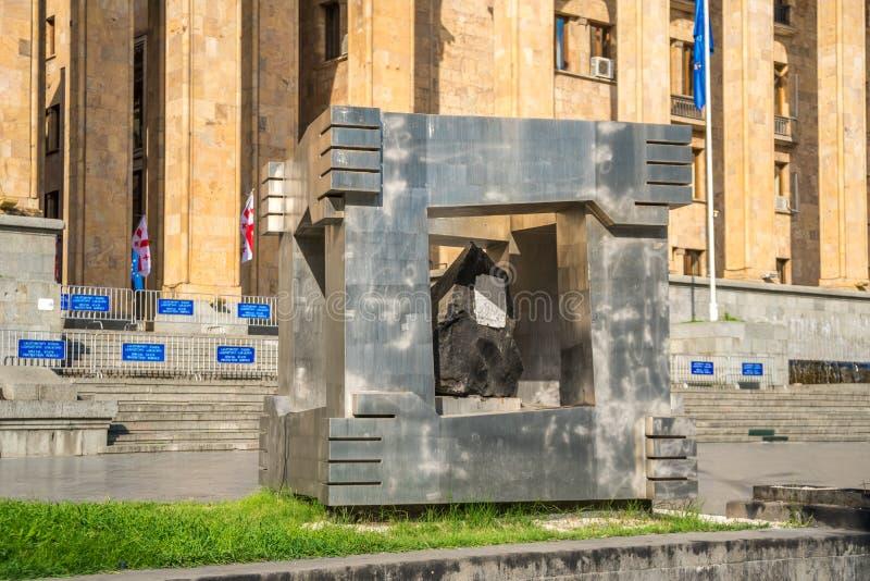 Tbilsi, la Géorgie - 30 08 2018 : Mémorial du 9 avril et le bâtiment photo libre de droits
