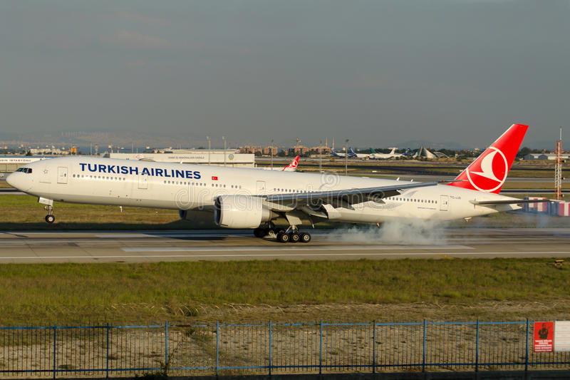 TC-JJE Turkish Airlines Boeing 777-3F2ER DOLMABAHCE photos stock