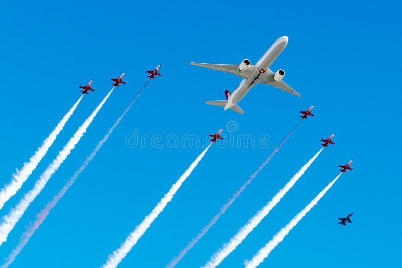 TC-LJA Turkish Airlines, Boeing 777-3F2ER dans le vol en formation de delta photographie stock