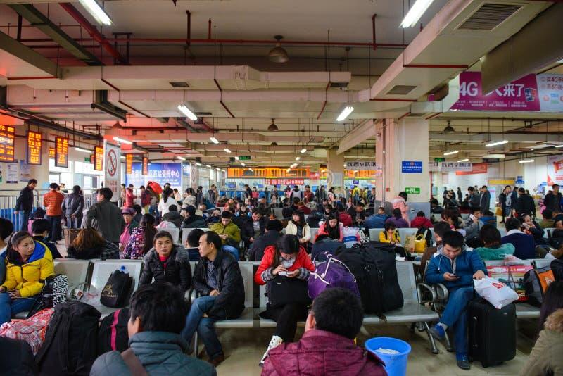 Tchang-cha, China - Januari 9, 2015: Het wachten bus in de busterminal in Tchang-cha stock foto's