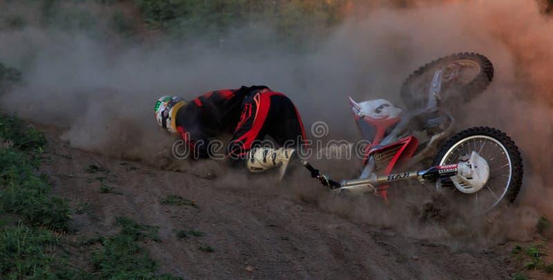 TCHERKASSY, UKRAINE - JULAY 7 2017 : Baisse sur une moto Le motocycliste est tombé sur la moto cavalier sur le motocross photos stock