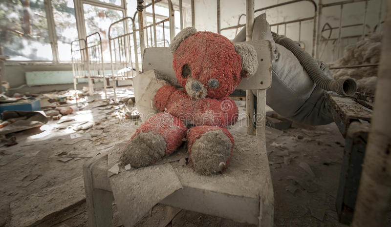 Tchernobyl - Teddybeer in verlaten kleuterschool royalty-vrije stock foto's