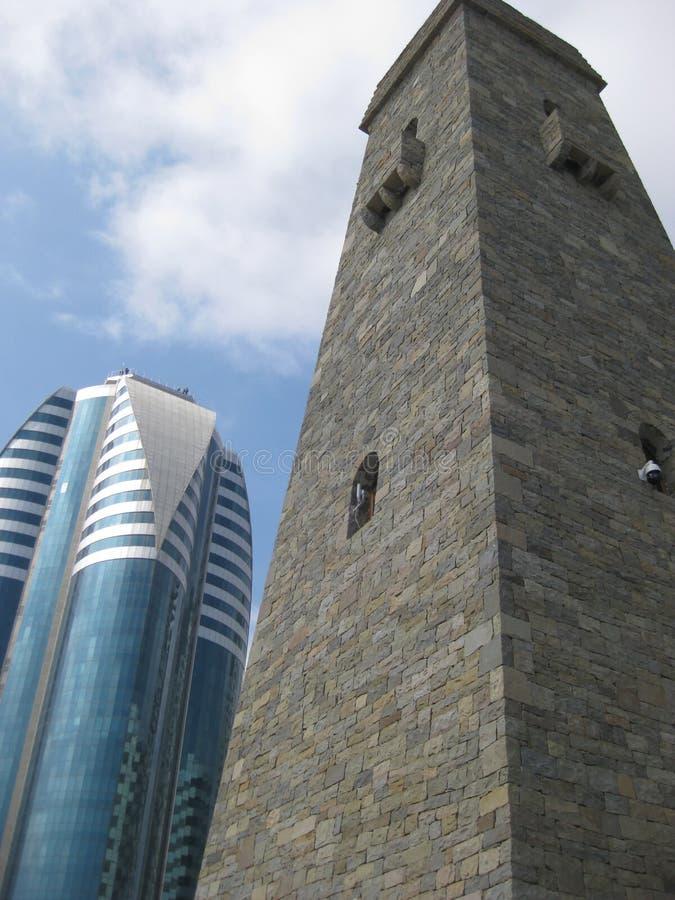Tchetcheense slagtoren Vainakh in het centrum van Grozny tegen de blauwe hemel en een modern high-rise gebouw royalty-vrije stock foto's