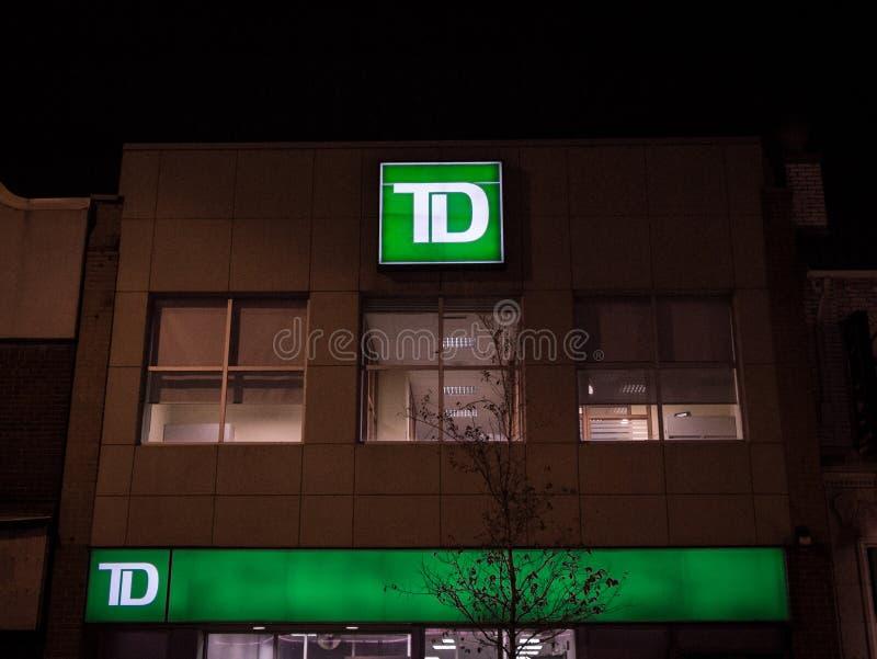 TD Bankembleem voor hun lokale tak in West-Toronto, Ontario bij nacht stock fotografie