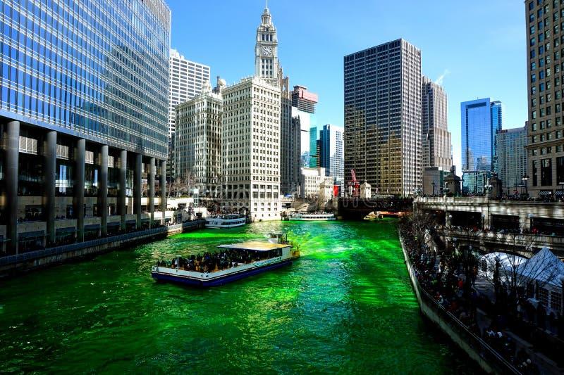Teñido del río Chicago el día de St Patrick imagen de archivo libre de regalías