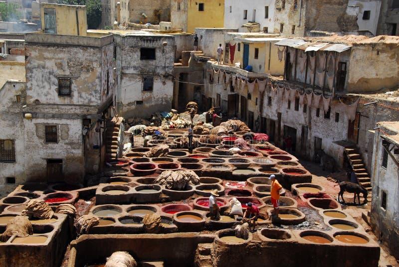 Teñiendo en Fes, Marruecos. foto de archivo libre de regalías