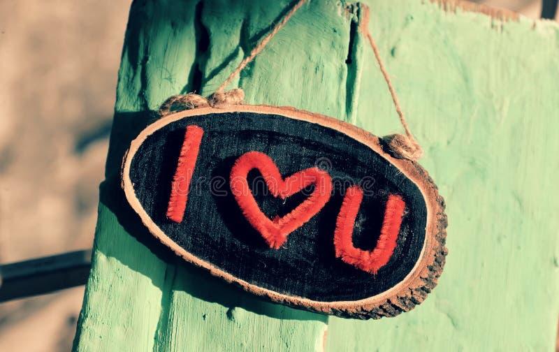 Te amo bandera en la madera verde fotografía de archivo libre de regalías