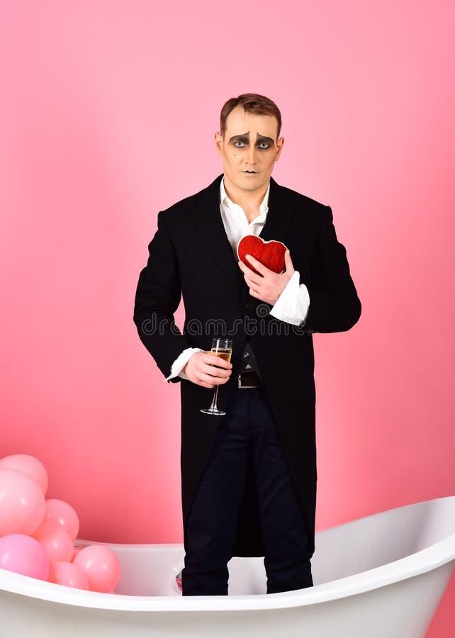 Te amo Corazón y copa de vino rojos del control del actor del cómico Día de tarjetas del día de San Valentín feliz Imite al actor fotos de archivo libres de regalías