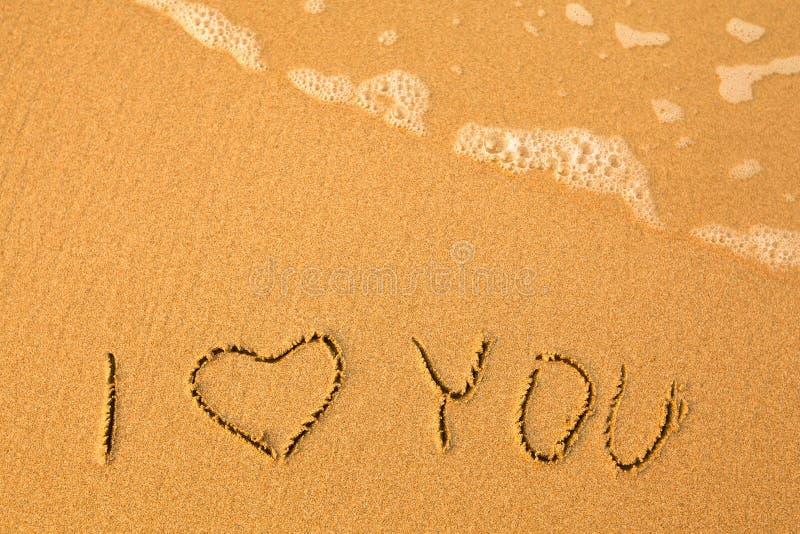La Palabra Te Amo Escrito En La Arena: Escrito A Mano En Arena En Una Playa Del Mar