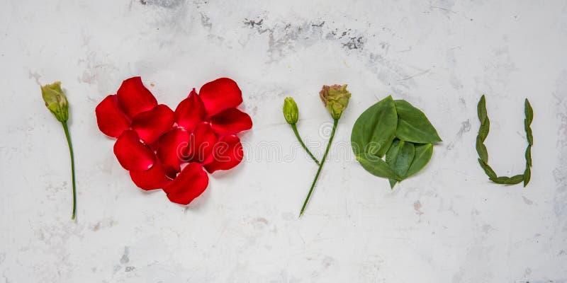 Te amo - hecho de flores, de pétalos y de hojas fotos de archivo libres de regalías