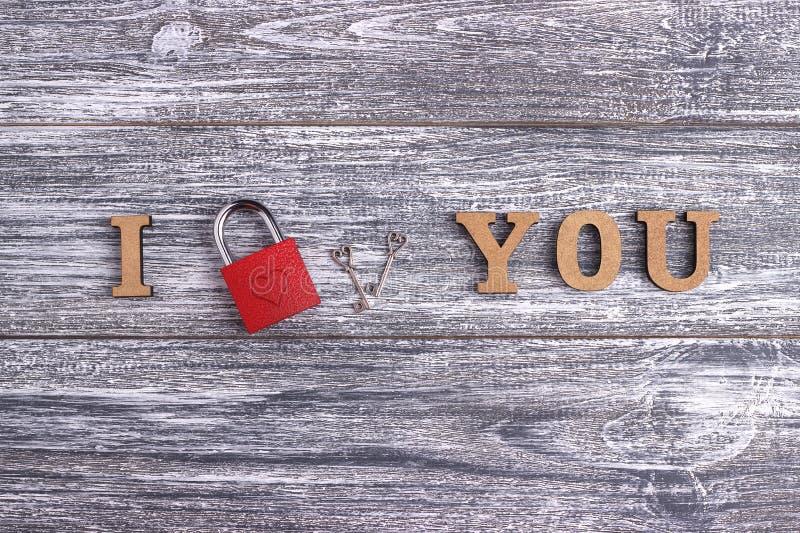 Te amo, letras de madera, fondo gris, día de San Valentín feliz de la postal, endecha plana fotografía de archivo libre de regalías