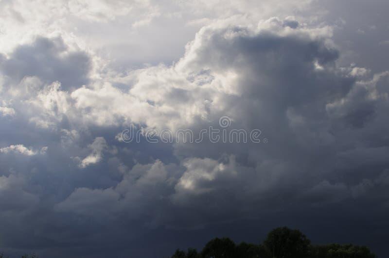 Te ciemne i dramatyczne burz chmury rozwijali bezpośrednio koszt stały na gorącym, wilgotnym lata popołudniu, Ty mogłeś odczuwać obrazy royalty free