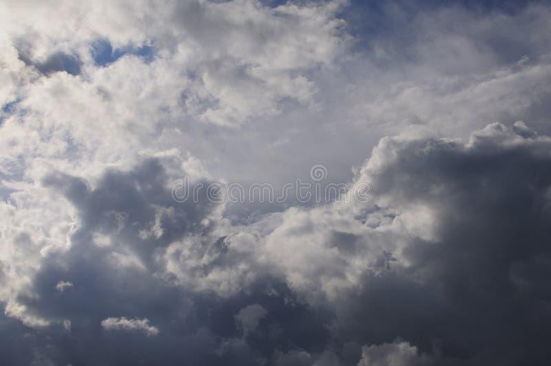 Te ciemne i dramatyczne burz chmury rozwijali bezpośrednio koszt stały na gorącym, wilgotnym lata popołudniu, Ty mogłeś odczuwać zdjęcia royalty free