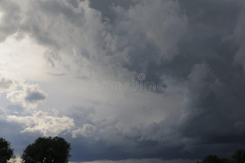 Te ciemne i dramatyczne burz chmury rozwijali bezpośrednio koszt stały na gorącym, wilgotnym lata popołudniu, Ty mogłeś odczuwać zdjęcia stock