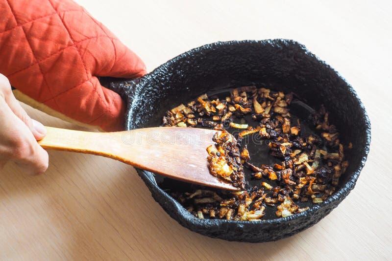 Te gaar gekookte ui in een pan Een slechte keuken Het concept schadelijke voedsel en carcinogenen royalty-vrije stock foto's