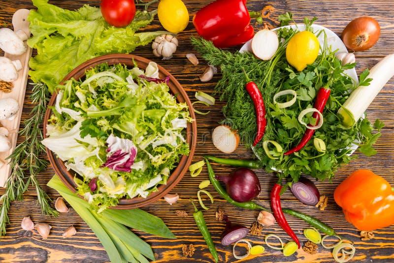 Te grote overvloed van saladeingrediënten op lijst royalty-vrije stock afbeeldingen