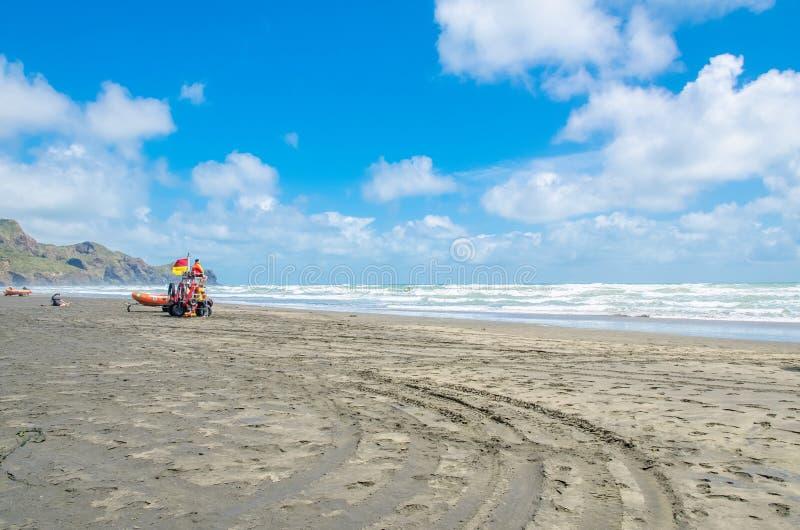 Te Henga (spiaggia di Bethells) è una comunità costiera nella regione di Auckland nel Nord dell'isola del nord, Nuova Zelanda fotografie stock libere da diritti