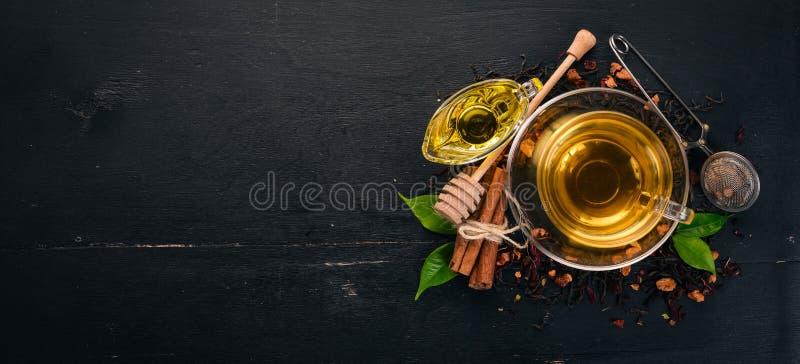 Te i en kopp av kanel och honung på en träbakgrund varm drink royaltyfria bilder