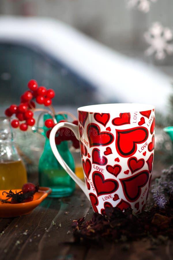 Te i en råna med hjärtor på dagen av St-valentin royaltyfri fotografi
