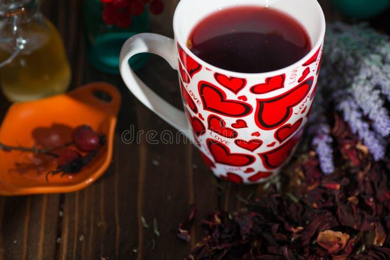 Te i en råna med hjärtor på dagen av St-valentin arkivfoto
