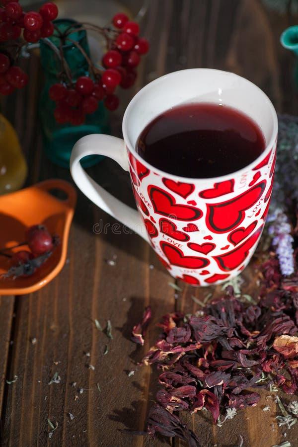 Te i en råna med hjärtor på dagen av St-valentin royaltyfria bilder