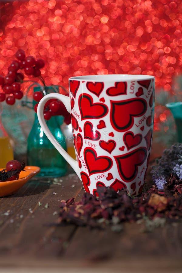 Te i en råna med hjärtor på dagen av St-valentin royaltyfria foton
