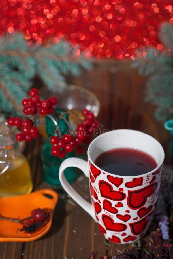 Te i en råna med hjärtor på dagen av St-valentin royaltyfri foto